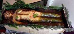 """外国烘焙师又脑洞大开了 这次做的是万圣节""""腐烂女尸蛋糕"""""""
